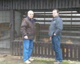 Vladimír Šíla CZ  - před svým holubníkem a Christianem Kretschmerem